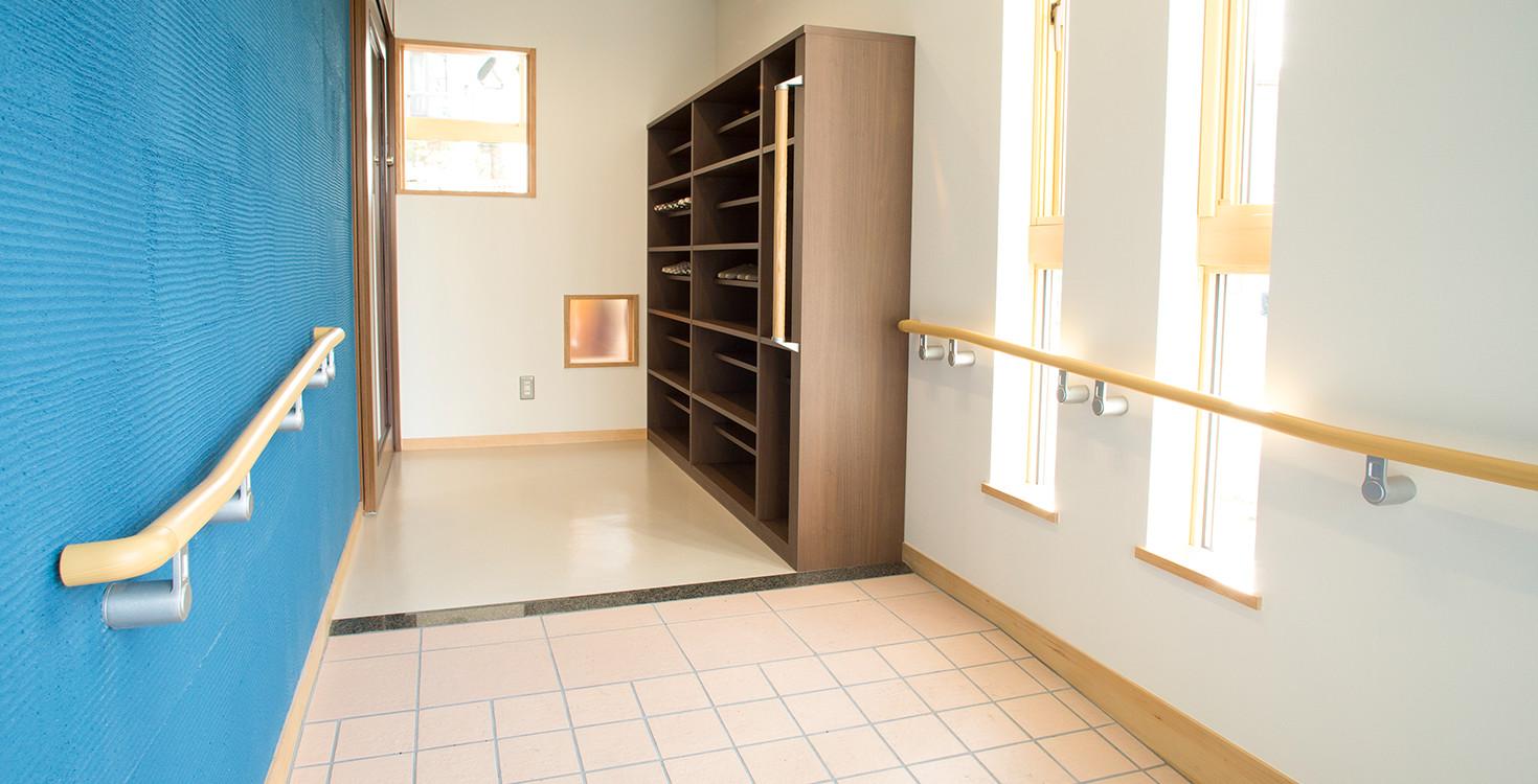 玄関は手すりを設置、段差のないバリアフリー仕様